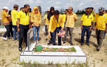 Ketua DPD Golkar Sukamara, Edy Alrusnadi saat menabur bunga di TMP Bumi Loka Sukamara.