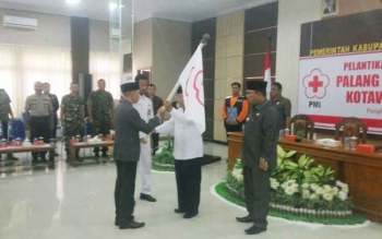 :Ketua PMI Kobar Safwan, menerima pataka dari Ketua PMI Kalteng Nahson Tawai