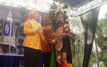Bupati Kobar Nurhidayah memukul gendang sebagai tanda dibukanya Festival Marunting Batu Aji dan Festival Kotawaringin Barat (Kobar) Kreatif di Pangkalan Bun Park Jumat (20/10/2017)