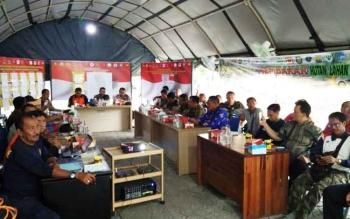 Tim Satgas Karhutla saat melakukan rapat penetapan waspada menjadi siaga di posko darurat bencana, Jumat (20/10/2017).