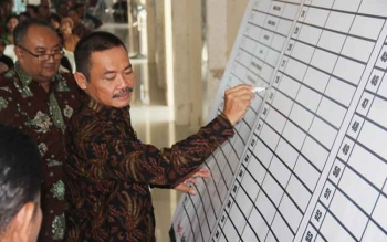 Plt Sekda Sukamara, Sutrisno saat menandatangni kegiatan di Dinkes Sukamara.