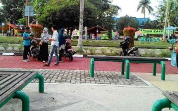 Parkir liar di kawasan taman Yos Sudarso yang seharusnya bebas dari pungutan parkir.