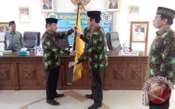 Bupati Barito Timur Ampera AY Mebas memyerahkan bendera daerah kepada Ketua Lasqi Bartim H Supriatna, sebagai tanda pelepasan kontingen atau kafilah FSQ di aula Rapat Bupati Bartim, Kamis.