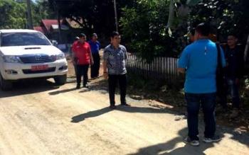 Bupati Barito Timur Ampera AY Mebas melakukan peninjauan jalan Desa Kotam Kecamatan Patangkep Tutui yang akan diaspal tahun ini. Jalan tersebut sudah dilakukan pengerasan.