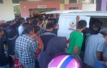 Korban dibawa dari RSUD Jaragah Sasameh Buntok kerumah duka di Hotel Dita Buntok, Minggu (22/10/2017)