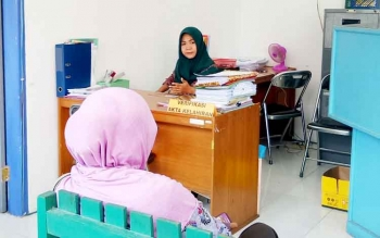 Masyarakat saat mengurus data kependudulan di kantor pelayanan Dinas Dukcapil-KB Sukamara