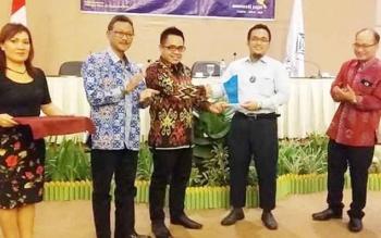 Anggota Komisi B DPRD Kota Palangka Raya, Alfian Batnakanti (batik coklat) saat menghadiri sebuah acara.