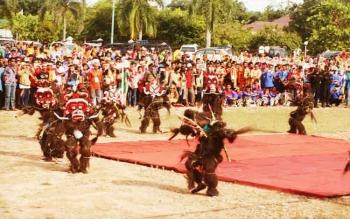 Masyarakat Kabupaten Lamandau saat menyaksikan Festival Babukung 2016