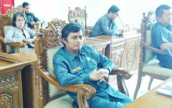 Anggota DPRD Pulang Pisau, Diharyo saat mengikuti sidang paripurna, Senin (23/10/2017)