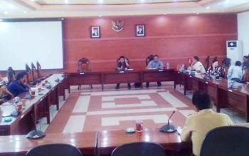 Anggota DPRD Dapil I, Ketua BPD Tamban Makmur dan Kepala DPMDes melakukam RDP terkait permasalahan Desa Tambam Makmur di ruang Rapat Gabungan DPRD Kapuas, Senin (23/10/2017).