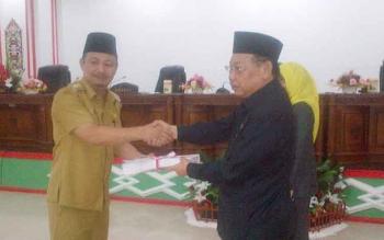 Bupati Barsel, Eddy Raya Samsuri menyerahkan draf raperda RPJMD kepada Wakil Ketua I DPRD Hasanuddin Agani