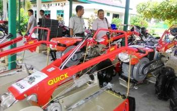 Bantuan peralatan dan mesin pertanian.