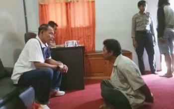 Tersangka (duduk) saat diinterogasi oleh Kapolres Barsel AKBP Yussak Angga