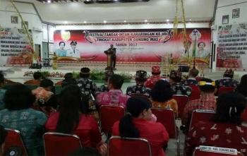 Bupati Gunung Mas Arton S Dohong membuka Festival Tandak Intan Kaharingan (FTIK) ke VII tingkat kabupaten di Gedung Pertemuan Umum Damang Batu Kuala Kurun, Senin (23/10/2017) malam