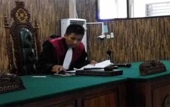 Hakim tunggal Pengadilan Negeri Palangka Raya saat memimpin sidang praperadilan Yansen Binti, Senin (23/10/2017)