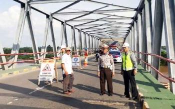 Kasat Lantas Polres Kapuas, AKP A Wakid bersama dengan dinas PU dan kontraktor melakukan pengecekan kondisi jembatan yang nantinya akan diperbaiki.