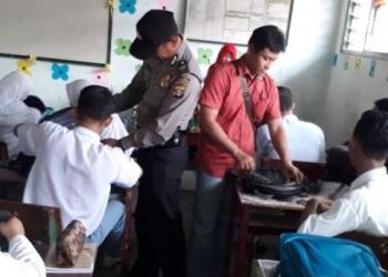 Sejumlah aparat Polsek Jaya Karya, Kotim, menggeledah tas siswa SMAN 1 MHS, Selasa (23/10/2017).
