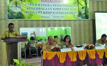 Asisten II Setda Katingan Ahmad Rubama membuka acara sosialisasi dalam rangka pengembangan kelembagaan KPJP unit XVII pada UPT KPHP Katingan Hulu di Losmen Citra Katingan Selasa (24/10/2017).