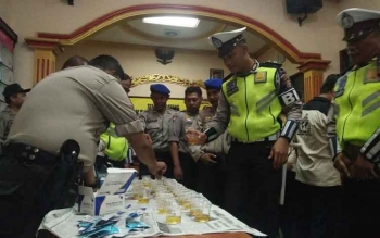Sejumlah anggota Polres Kotim saat mengumpulkan urine di aula Mapolres, Selasa (24/10/2017).