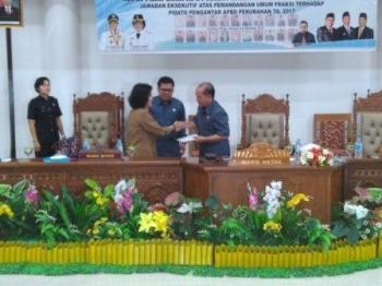 Wabup Pulang Pisau Pudjirustaty Narang saat menyampaikan naskah jawaban bupati terhadap pemandangan umum fraksi-fraksi di DPRD Pulang Pisau, kepada unsur pimpinan dewan.