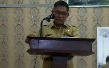 Asisten II Setda Katingan Ahmad Rubama menyampaikan sambutan pada pembukaan sosialisasi pengembangan kelembagaan di Losmen Citra Kasongan, Selasa (24/10/2017)