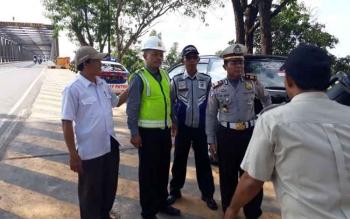 CEK LAPANGAN : Kasat Lantas Polres Kapuas AKP Wakid SH dan Kasi LLAJ Dishub Kabupaten Kapuas serta pihak rekanan melakukan konsulidasi untuk rencana pengamanan jembatan Pulau Telo.