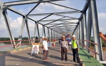 CEK LOKASI : Kasat Lantas Polres Kapuas AKP Wakid melakukan pengecekan lokasi Jembatan Pulau Telo.