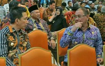 Bupati Barito Utara, Nadalsyah berdialog dengan peserta lain saat menghadiri Raker pemerintah dengan gubernur, bupati/ walikota seluruh Indonesia di Jakarta