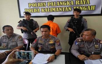 Kapolres Palangka Raya AKBP Lili Warli (tengah) memberikan keterangan kepada wartawan