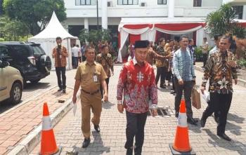 Gubernur Kalteng Sugianto menuju ruang rapat di Istana Negara