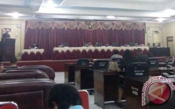 Unriu Ngubel membacakan pidato komisi I, II dan III terkait pembahasan peratutan DPRD Bartim nomor 1 tahun 2014 tentang tata tertib DPRD Bartim, Senin (23/10/17).