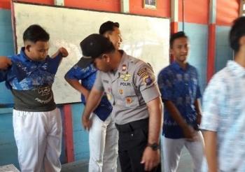 Kapolsek Mentaya Hulu, Kotim, Iptu Ratno memeriksa kantong sejumlah siswa saat razia narkoba, senjata tajam, dan video porno di SMAN 1 Kuayan, Rabu (25/10/2017).