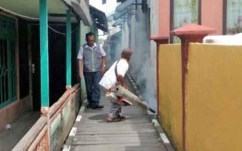 Petugas Dinas Kesehatan Kabupaten Sukamara saat melakukan fogging di Kecamatan Kuala Jelai untuk membasmi jentik nyamuk pembawa DBD, beberapa waktu lalu.