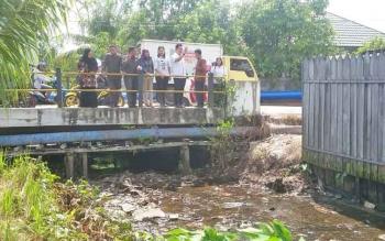 Jajaran DPRD Kabupaten Kotawaringin Timur dari daerah pemilihan dua mengunjungi Sungai Pamuatan di Kecamatan Mentawa Baru Ketapang, Rabu (25/10/2017).