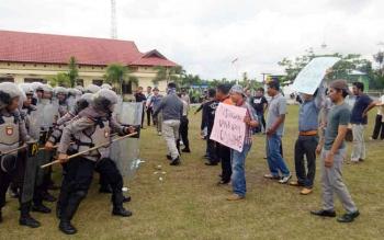 Polres Sukamara saat melakukan simulasi pengamanan Pilkada Kabupaten Sukamara tahun 2018 mendatang.