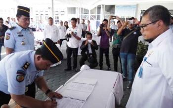 Kakanwil Kemenkumham Kalteng, Agus Purwanto menyaksikan penandatanganan Tunggul Buwono bersama pejabat baru, Akhmad Zaenal Fikri, Rabu (25/10/2017).