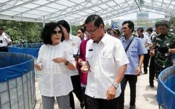 Wakil Bupati Pudjirustaty Narang bersama Kepala Dinas Perikanan Pulang Pisau Rinduan Syahrani, pada panen perdana iklan lele sistem bioflok.