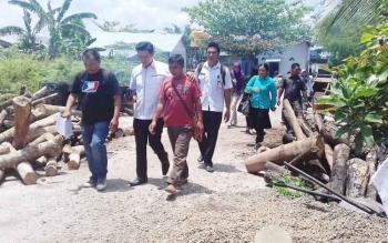 Anggota DPRD Kotim Dapil II saat mengecek pengerjaan proyek jalan di wilayah Kecamatan MB Ketapang, Rabu (25/10/2017)