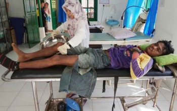 Korban kecelakaan saat dirawat di Puskesmas Desa Bagendang Hulu, Kecamatan Mentaya Hilir Utara, Kotim, Rabu (25/10/2017)