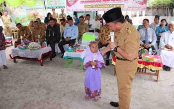Gubernur Kalteng, H Sugianto Sabran menyapa anak didik pada anjangsana dalam rangka HUT Kalteng, beberapa waktu lalu.