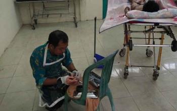 Kepala kamar jenazah RSUD Dr Murjani Sampit, Castro, saat hendak memvisum korban pembunuhan, Kamis (26/10/2017).