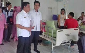 Ketua DPRD Kotim Jhon Krisli dan anggota DPRD, Hero Harapanno Mandouw saat mengecek ruang anak di RSUD dr Murjani Sampit.