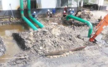 Pemasangan pipa flushing untuk cooling water pump di PLTU Kumai