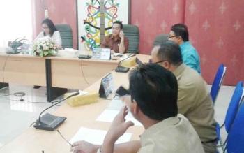 Ketua Badan Pembentukan Peraturan Daerah DPRD Kota Palangka Raya Anna Agustina Elsye (kiri depan) saat memimpin rapat, beberapa waktu lalu.