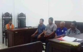 :Yusuf Herydi alias Usuf (pakai peci) terdakwa kasus tambang ilegal jenis galian c saat mendengarkan keterangan saksi.