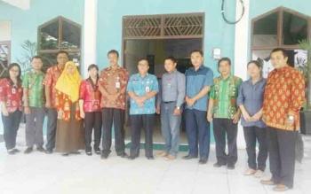 Ketua SPSI Kabupaten Katingan, Adiansyah bersama Kadisnakertrans Yosy dan dewan pengupahan foto bersama, Kamis (26/10/2017).
