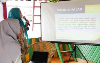 Kepala KPP Pratama Palangka Raya, Ekawati Surjaningsih memberikan paparannya kepada awak medHariia, Kamis (26/10/2017)