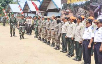 Danrem 102/Panju Panjung Kolonel Arm. M Naudi Nurdika mengecek pasukan dalam apel penutupan TMMD ke 100 di Buyui Desa Patas II, Kamis (26/10/2017)