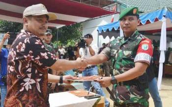 Bupati Barsel Eddy Raya Samsuri menerima berkas telah selesainya kegiatan TMMD ke-100 dari Dandim 1012 Buntok Kolonel Inf Didik Purwanto