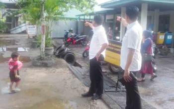 Sekretaris Komisi III DPRD Kotim, Hero Harapanno Mandouw saat mengecek jalan masuk di rumah sakit bersama Ketua DPRD Kotim.